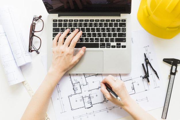 A figura mostra profissional de arquitetura trabalhando